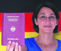 So kommt keine Freude auf: Eine alleinige deutsche Staatsbürgerschaft wird als Last dargestellt Bild: action press