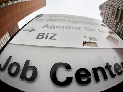Hinweisschild auf ein Jobcenter