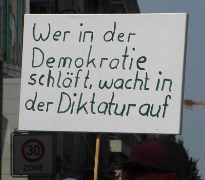 Wer in der Demokratie schläft, wacht in der Diktatur auf.